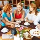 Teakóstolás társaságban